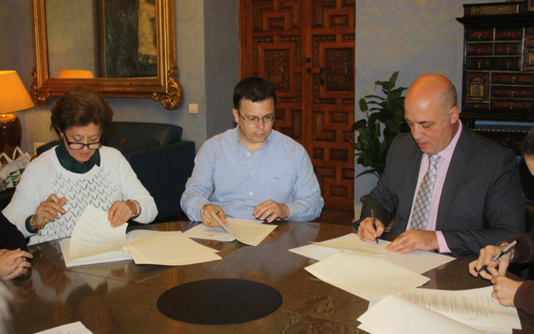 La alcaldesa y el presidente de la Diputación en el momento de la firma