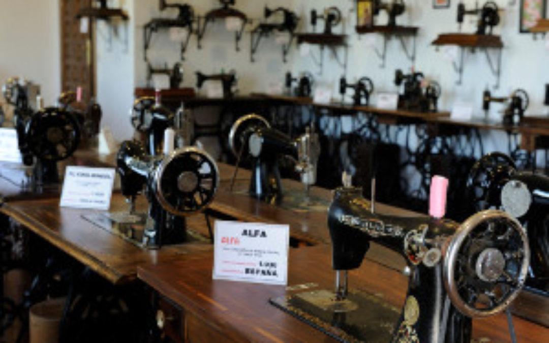 Exposición de Máquinas de Coser y Carteles de Toros